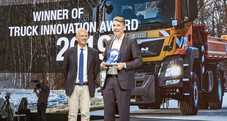 """""""Je to pro nás velká čest být historicky prvním držitelem nové mezinárodní trofeje Truck Innovation Award,"""" říká generální ředitel Joachim Drees (vpravo) při převzetí ocenění zrukou předsedy mezinárodní jury pana Gianenrica Griffiniho (vlevo)."""